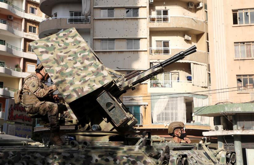 Des soldats de l'armée patrouillent après que des coups de feu ont éclaté, à Beyrouth, au Liban, le 14 octobre 2021. (Crédit: REUTERS/MOHAMED AZAKIR)