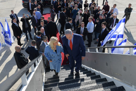 Prime Minister Benjamin Netanyahu and his wife, Sara, board a plane to the US, January 26, 2020.