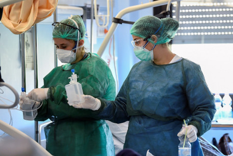 Medical staff wearing protective masks, glasses and suits treat a patient suffering from coronavirus disease (COVID-19) in an intensive care unit at the Oglio Po hospital in Cremona, Italy March 19, 2020