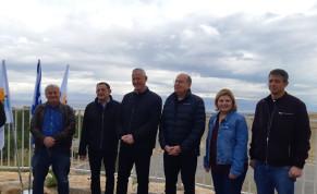 Blue and White leader Benny Gantz (C) tours the Jordan Valley, January 21, 2020