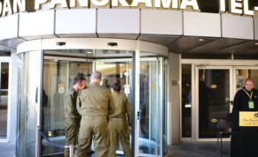 IDF soldiers at the entrance of a coronavirus hotel