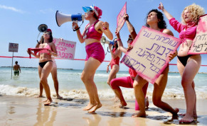 People protest lockdown on a Tel Aviv beach on September 19, 2020.