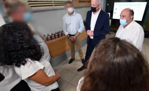 Alternative Prime Minister and Defense Minister Benny Gantz visiting the Israel Biological Institute.