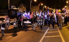 Protesters march to Prime Minister Benjamin Netanyahu's officail residence. November 5, 2020.