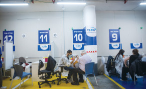 COVID-19 VACCINATIONS being administered at a Maccabi Health vaccination center in Givatayim last week.