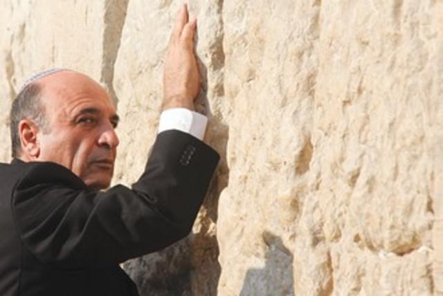 Shaul Mofaz at the Western Wall 370 (photo credit: Marc Israel Sellem/The Jerusalem Post)