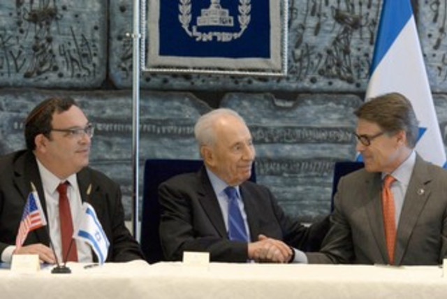 Education Min. Piron, President Peres, and Texas Gov. Perry  (photo credit: Mark Neiman/GPO)