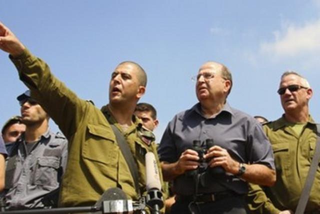 Defense Minister Moshe Ya'alon (C) and IDF Chief of Staff Lt.-Gen. Benny Gantz (R) with IDF soldiers. (photo credit: TOVAH LAZAROFF)