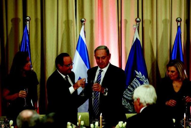 Combien boivent les Netanyahou? Le Camp sioniste accuse le Premier ministre et son épouse de consommer l'équivalent en alcool d'un salaire minimum, soit environ 4300 shekels par mois (photo credit: RONEN ZVULUN / REUTERS)