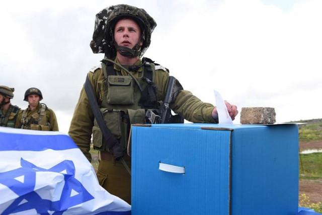 Israeli soldier casts his vote (photo credit: IDF)