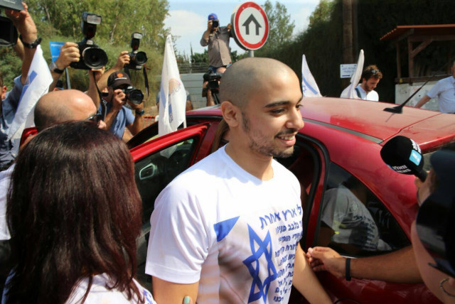 Elor Azaria wearing a shirt with the Star of David as he enters prison in August, 2017 (photo credit: AVSHALOM SASSONI/MAARIV)