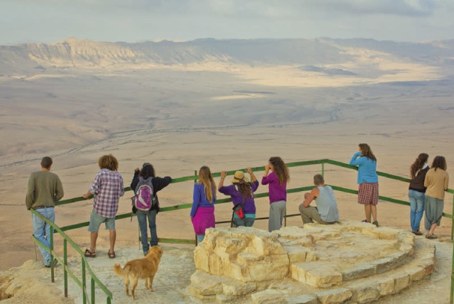 Visitors gaze down into the Ramon Crater, 85 km. south of Beersheba (photo credit: DAFNA TAL/TOURISM MINISTRY)