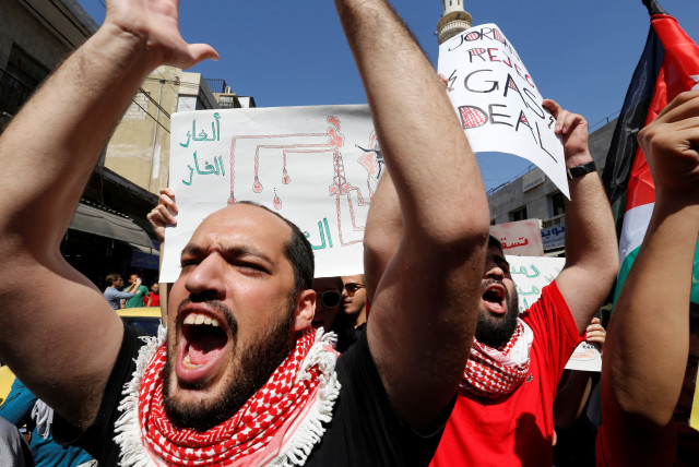 Jordanian protesters chant slogans during a protest against a government agreement to import natural gas from Israel, in Amman, Jordan, Sept. 30, 2016 (photo credit: MUHAMMAD HAMED/REUTERS)