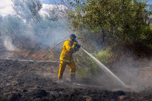 Serviços de bombeiros e resgate trabalhando para apagar incêndios em 22 locais diferentes, 21 de agosto de 2020. (crédito da foto: TZAFRIR NIR)