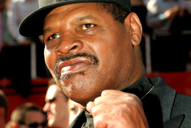 Former professional boxer and heavyweight champion Leon Spinks poses as he arrives at the 13th annual ESPY Awards at the Kodak Theatre in Hollywood July 13, 2005. (photo credit: ROBERT GALBRAITH/REUTERS)