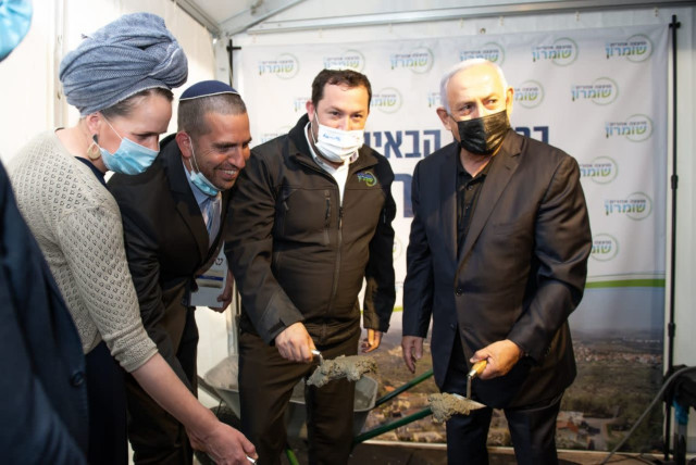 Netanyahu warns right-wing victory not in bag in settler campaign stop (photo credit: SARIA DIAMENT)