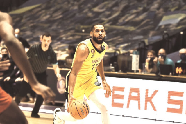 HAPOEL HOLON guard CJ Harris scored a game-high 24 points as the Israeli side continued its impressive continental run with a 81-79 overtime victory over Happy Casa Brindisi to advance to the Champions League Final Eight.  (photo credit: DOV HALICKMAN PHOTOGRAPHY)