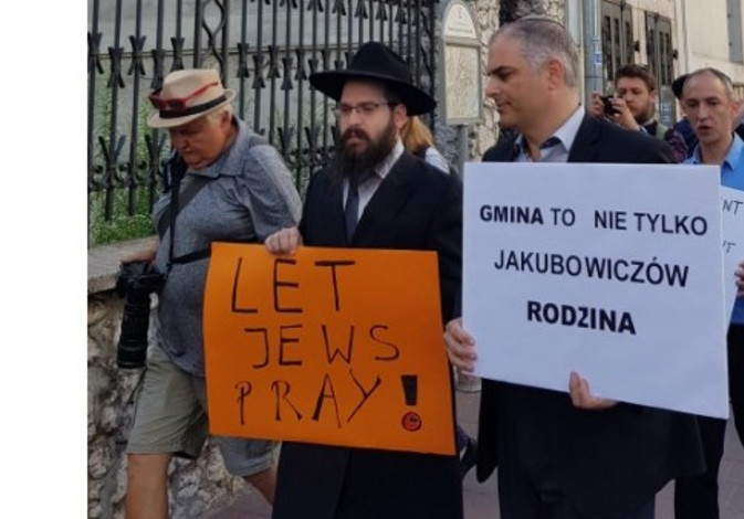 Jewish protesters in Krakow call for reopening of synagogue, the sign on the right reads 'Jewish community is not only for the Jakubowicz family  / Courtesy