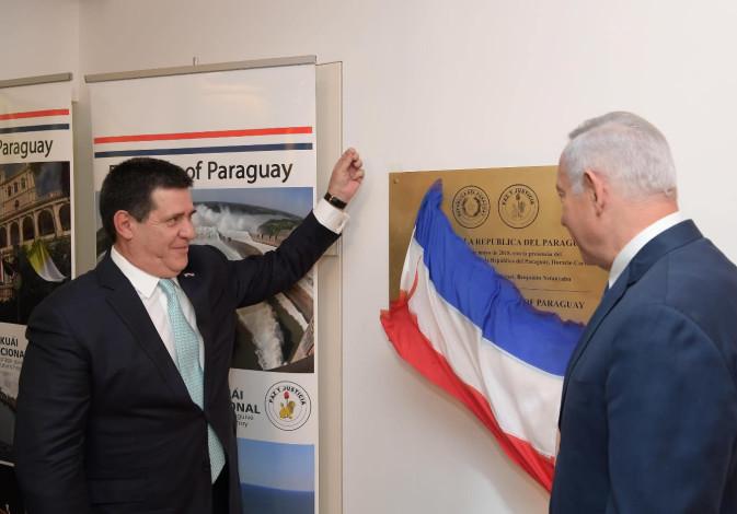 Prime Minister Benjamin Netanyahu (R) and Paraguayan President Horacio Cartes (L).