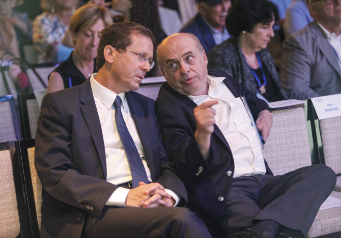 Outgoing Jewish Agency Chairman Natan Sharansky and Chairman-elect MK Isaac Herzog share a moment fo