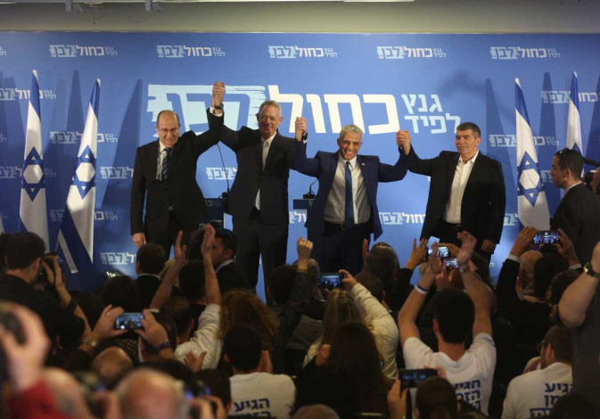 Benny Gantz (L) and Yair Lapid (R) anounce the Blue and White Party