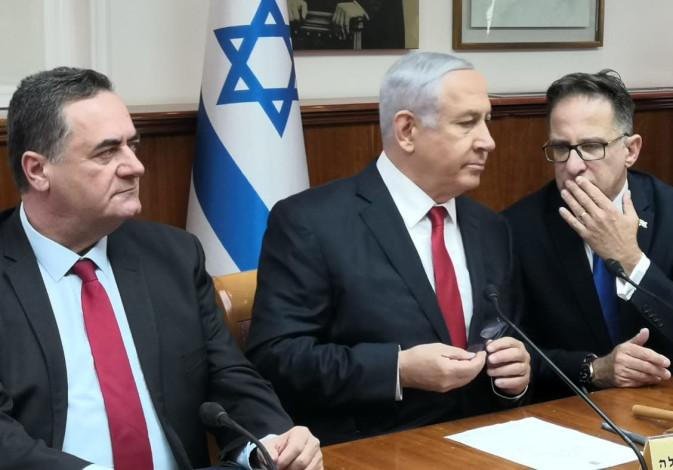 Prime Minister Benjamin Netanyahu talks to Cabinet Secretary Tzachi Braverman at the cabinet meeting