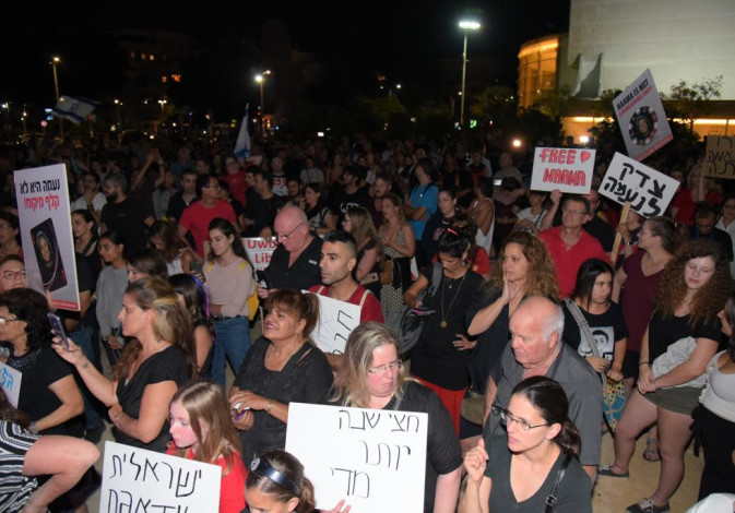 Thousands protest in Habima Square, Tel Aviv, against the arrest of Naama Issachar in Russia.