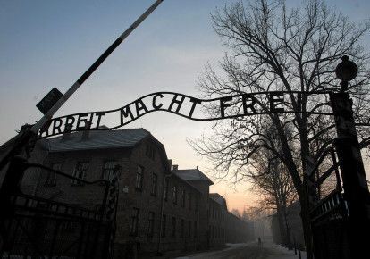 "The Nazi slogan ""Arbeit macht frei"" (Work sets you free) is pictured at the gates of the former Nazi German concentration and extermination camp Auschwitz-Birkenau in Oswiecim, Poland January 27, 2017. (photo credit: AGENCY GAZETA/KUBA OCIEPA/VIA REUTERS)"