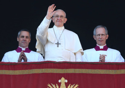 """Pope Francis gives his annual """"Urbi and orbi"""" Chrismtas address in the Vatican, December 15, 2017 (photo credit: REUTERS/ALESSANDRO BIANCHI)"""