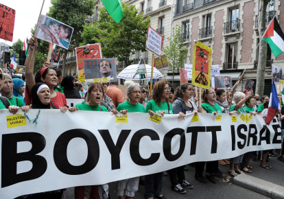 "Protesters hold abanner that reads ""Boycott Israel"" during a pro-Palestinian demonstration in Paris (photo credit: AFP PHOTO / DOMINIQUE FAGET)"