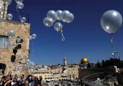 People release balloons as they celebrate a bar mitzva near the Western Wall (photo credit: RONEN ZVULUN / REUTERS)