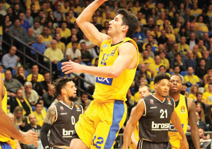 Maccabi Tel Aviv guard John DiBartolomeo (center) scored a season-high 14 points in last night's 90-88 Euroleague victory over Brose Bamberg at Yad Eliyahu Arena. (photo credit: ADI AVISHAI)