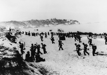 Allied US troops stream up from landing boats and set off inland from Surcouf in Algeria during the Second World War II, 8 November 1942 (photo credit: AFP PHOTO)