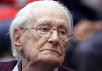 """Oskar Groening, defendant and former Nazi SS officer dubbed the """"bookkeeper of Auschwitz"""", is pictured in the courtroom during his trial in Lueneburg, Germany, July 15, 2015. (photo credit: REUTERS/AXEL HEIMKEN/POOL)"""