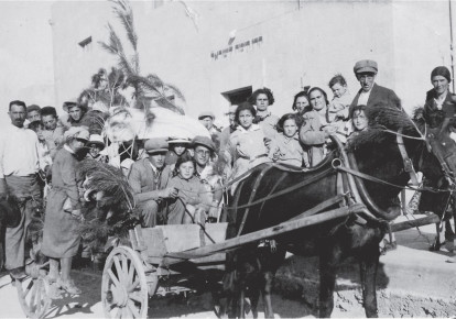 Atarot residents bring produce as 'first fruits' to JNF's Jerusalem offices. (photo credit: ATAROT HERTIAGE ARCHIVES)