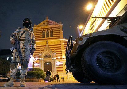 Egyptian army soldiers stand guard during a New Year's Eve mass at Saint Joseph's Roman Catholic Church in Cairo, Egypt December 31, 2017. (photo credit: REUTERS/MOHAMED ABD EL GHANY)
