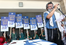 Rabbi Dov Hayun speaks at the prayer service and demonstration outside the Haifa Rabbinical Court on