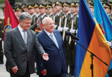 UKRAINIAN PRESIDENT Petro Poroshenko and his Israeli counterpart Reuven Rivlin walk past honor guard