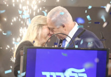 Prime Minister Benjamin Netanyahu emraces his wife Sara after elections results, April 9th, 2019