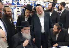 United Torah Judaism chairman Yaakov Litzman gets a briefing at the UTJ election campaign headquarte