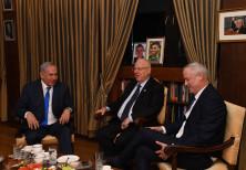 Prime Minister Benjamin Netanyahu, President Reuven Rivlin and Blue and White leader Benny Gantz mee