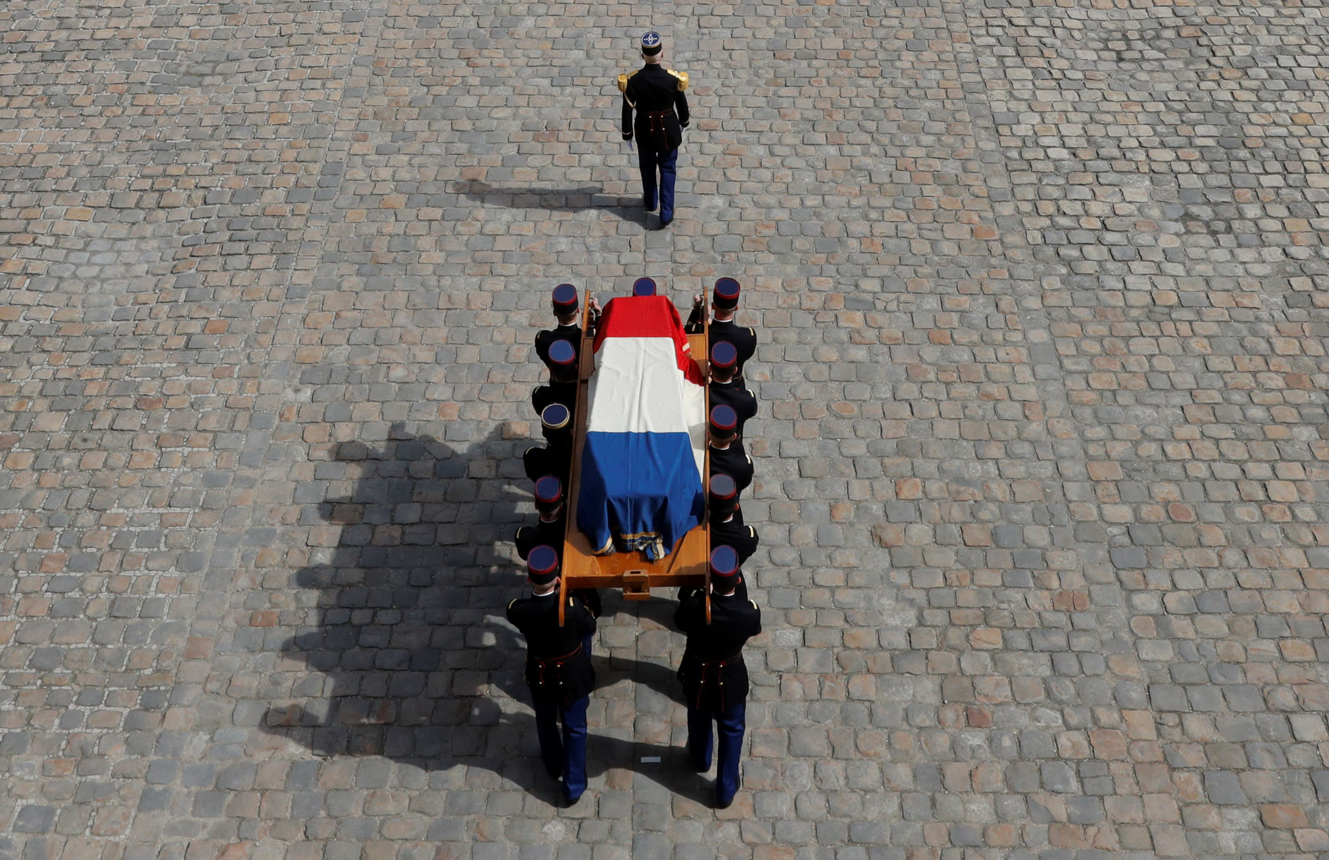 French Republican guards carry the flag-draped coffin of late French politician Simone Veil during a national tribute ceremony at the Hotel des Invalides in Paris, France, July 5, 2017 (Reuters)