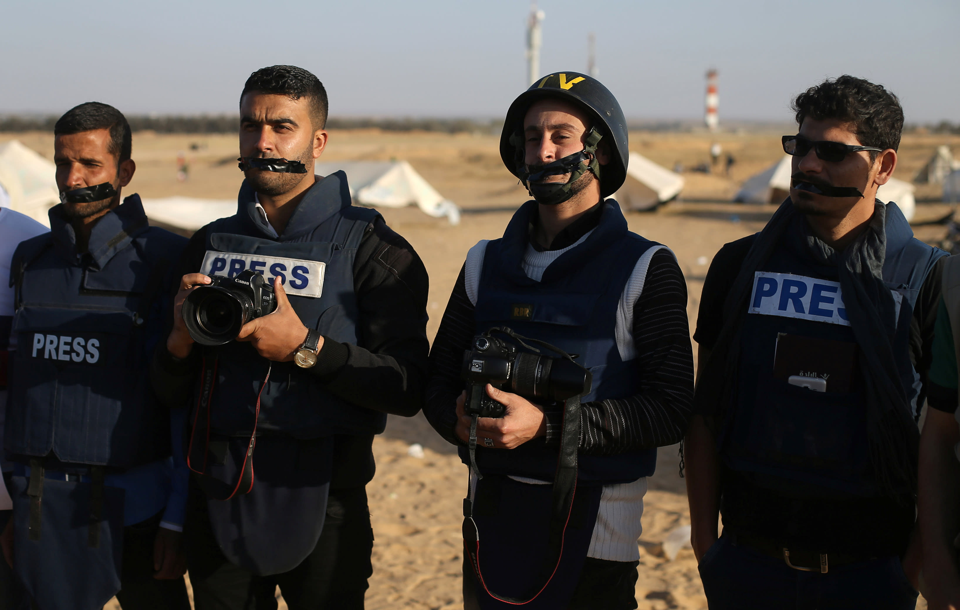 Journalists take part in a protest against the killing of Palestinian journalist Yasser Murtaja, at the Israel-Gaza border, in the southern Gaza Strip April 8, 2018. (REUTERS/IBRAHEEM ABU MUSTAFA)