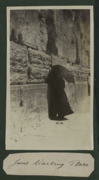 """Jews Wailing Place"": British soldier's photograph from the Middle East during World War I (NATIONAL LIBRARY OF ISRAEL)"