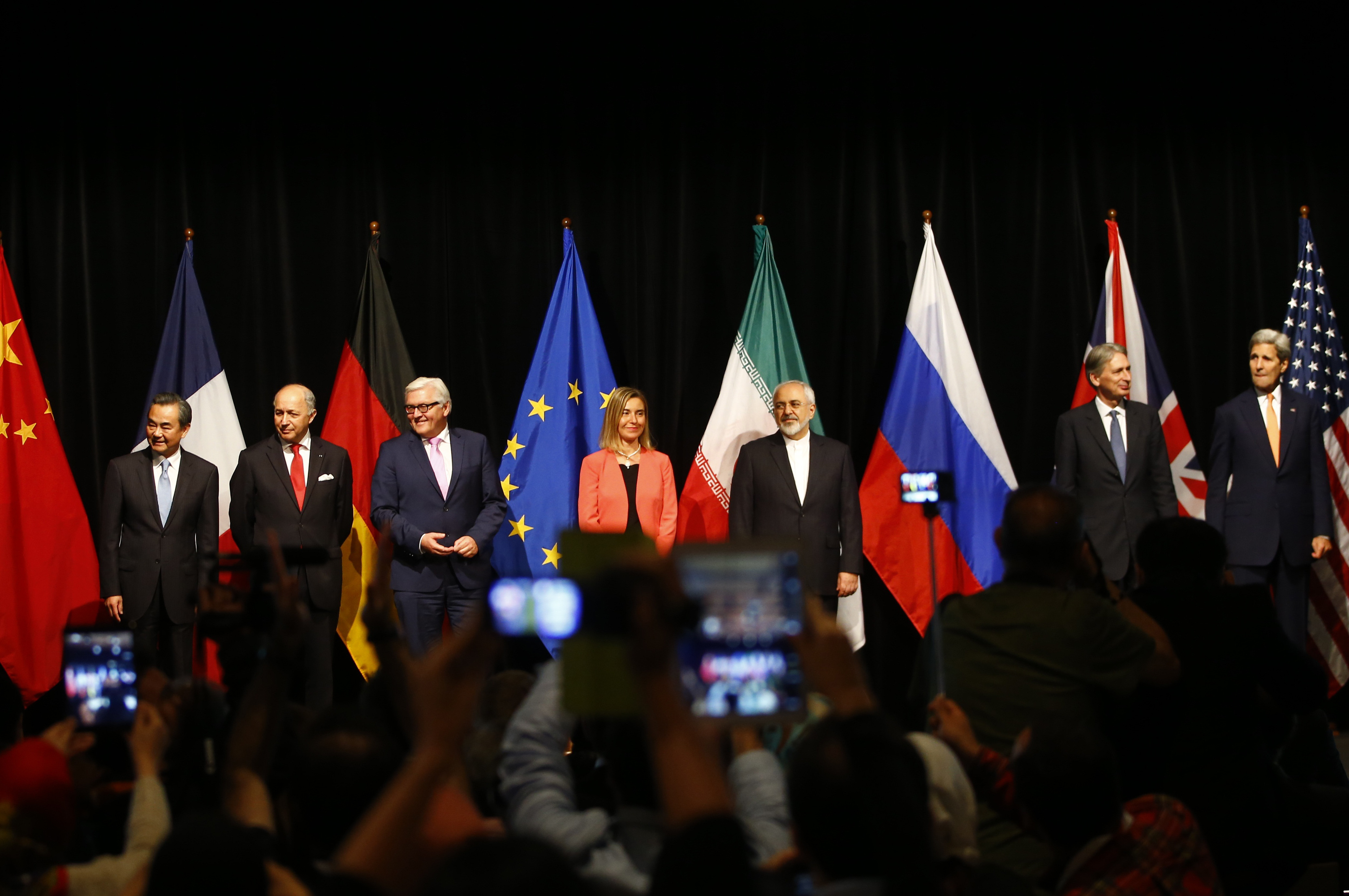 Representatives pose after Iran and six major world powers reached a nuclear deal, capping more than a decade of on-off negotiations, July 14, 2015 (Reuters)