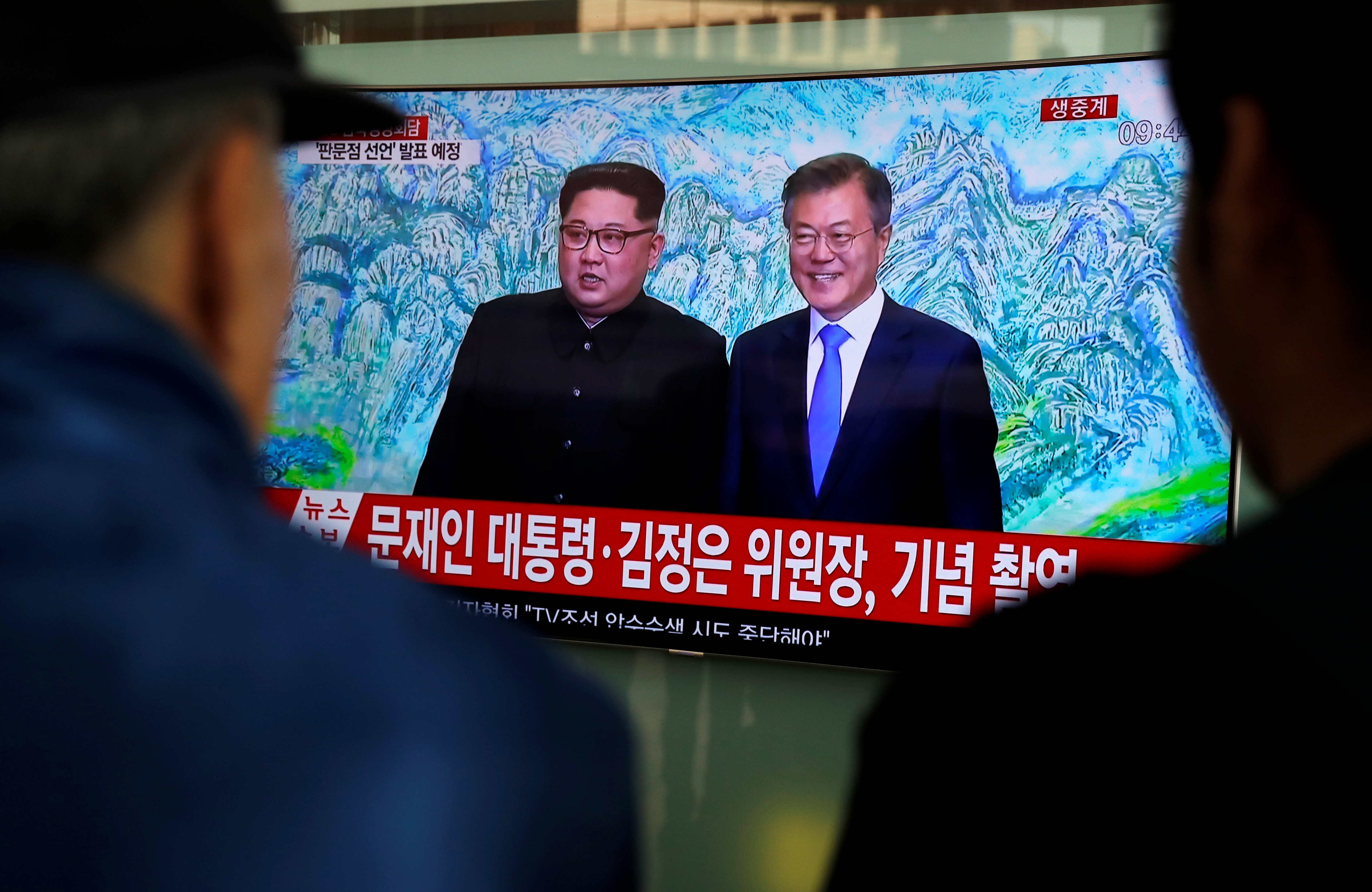 People watch a TV showing a live broadcast of the inter-Korean summit, at a railway station in Seoul, South Korea, April 27, 2018 (Reuters/Jorge Silva)