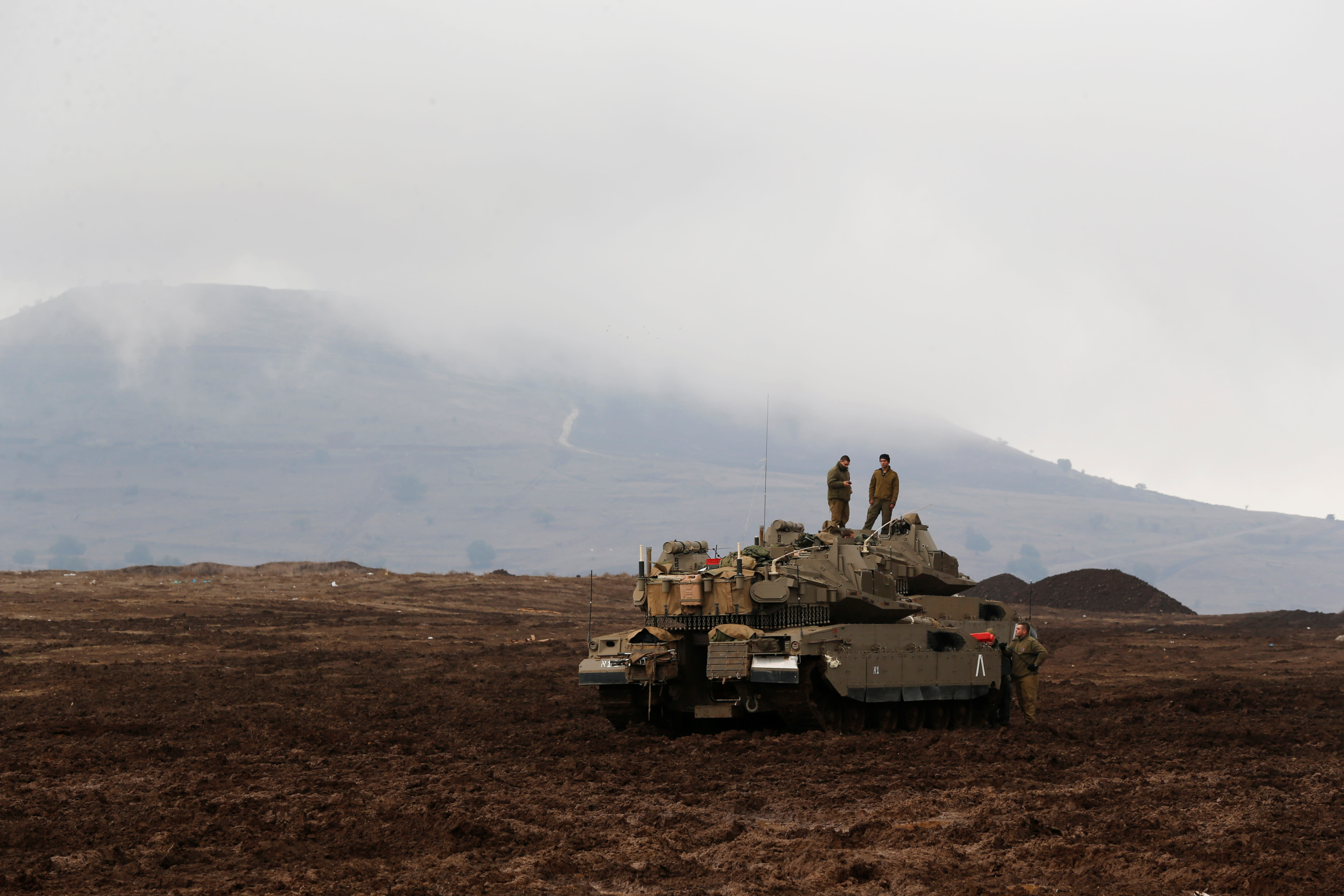 Israeli soldiers stand atop tanks in the Israeli Golan Heights, close to Israel's frontier with Syria November 22, 2017 (Reuters/Ammar Awad)