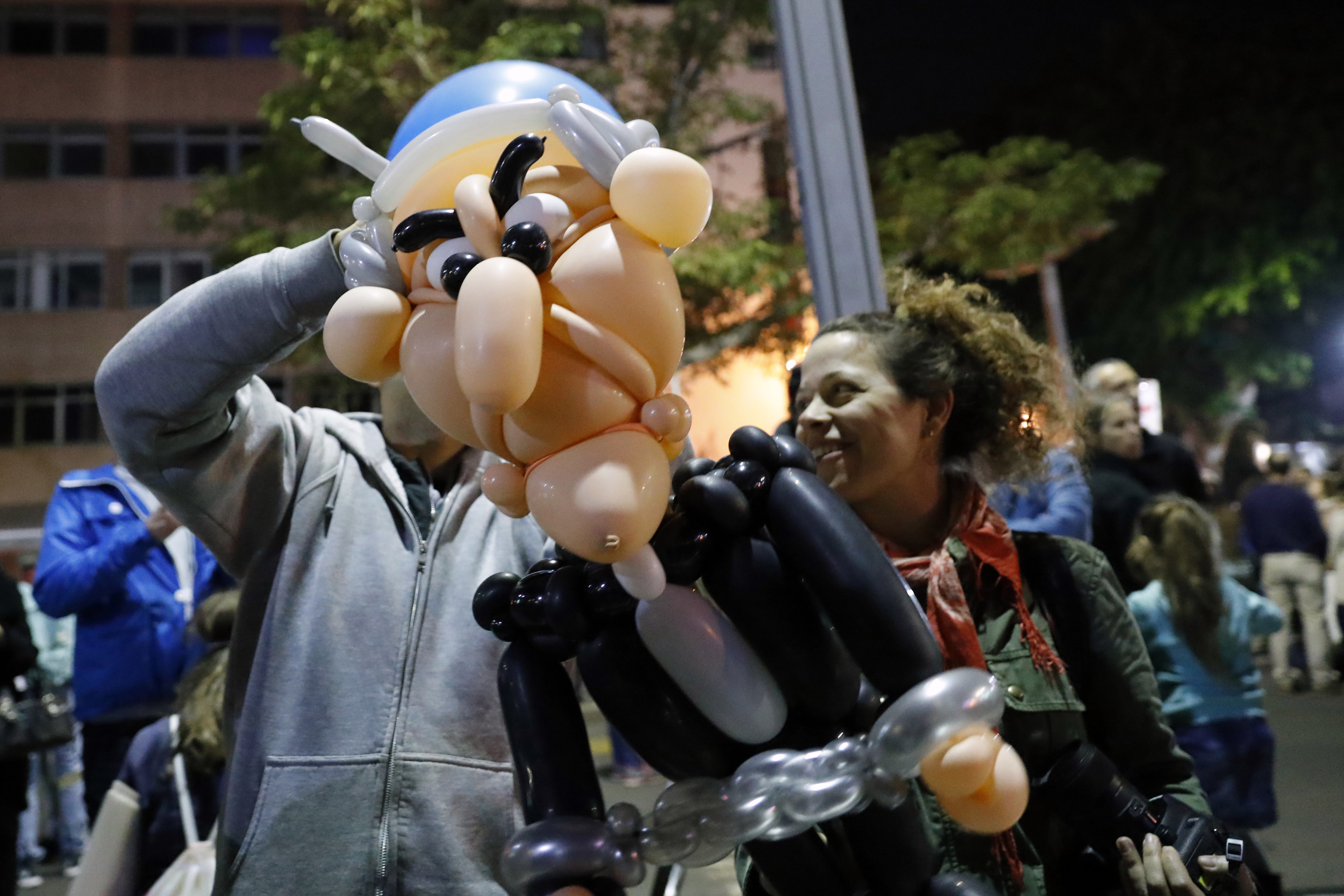 A protestor with a Benjamin Netanyahu balloon at an anti-corruption protest in Tel Aviv, December 9, 2017 (AFP Photo))