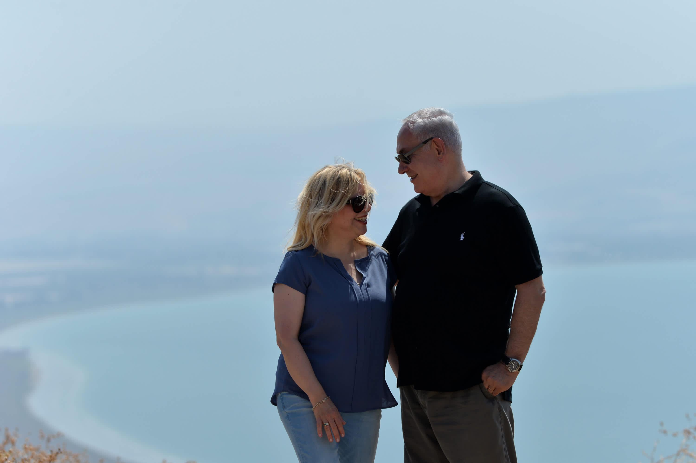 Prime Minister Benjamin Netanyahu and wife Sara Netanyahu at the archeological site Hippos in northern Israel, August 15, 2017. (Credit: Kobi Gideon/ GPO)