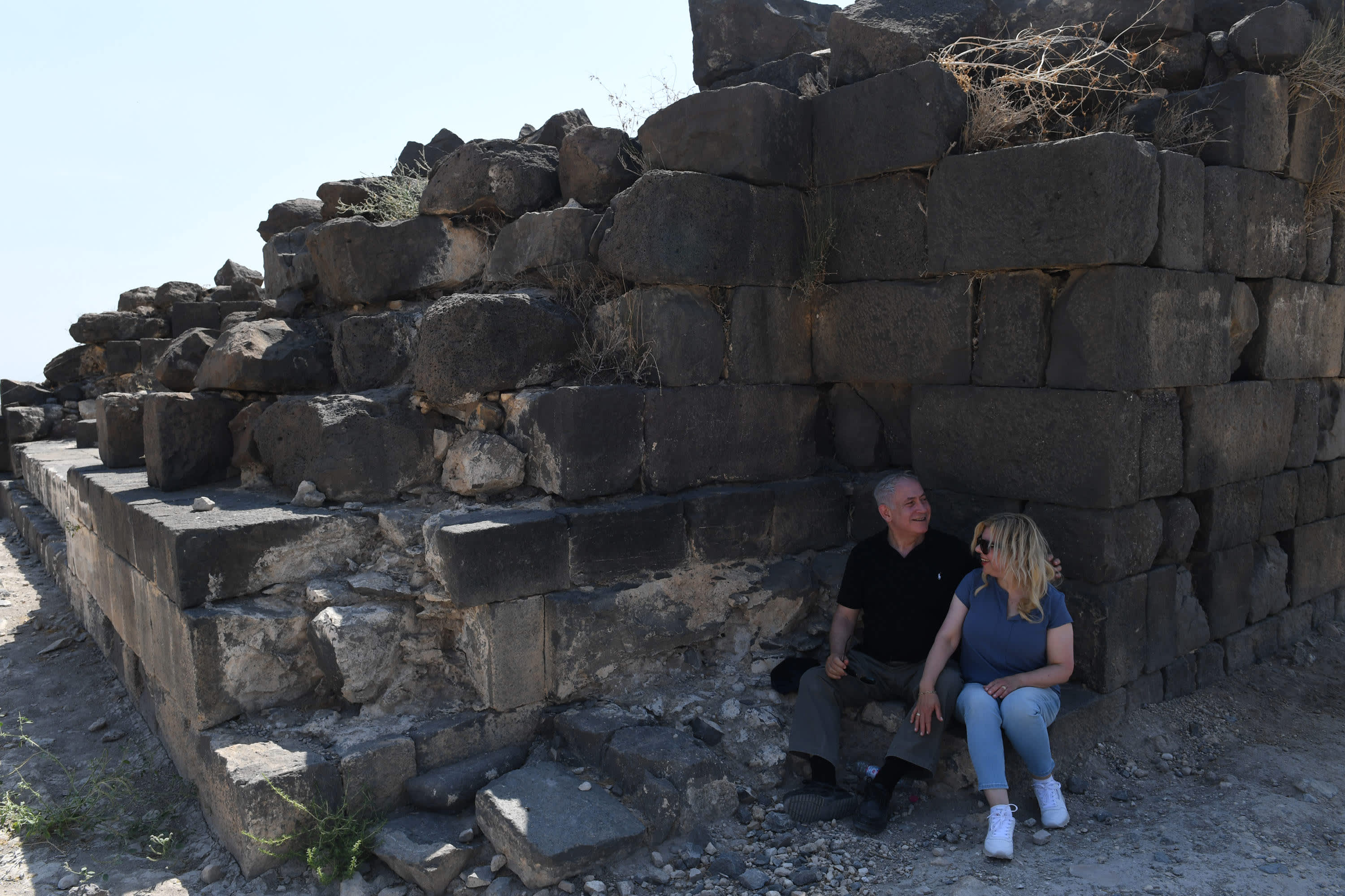 Prime Minister Benjamin Netanyahu and wife Sara Netanyahu at the archeological site Hippos in northern Israel, August 15, 2017. (Credit: Kobi Gideon/ GPO)